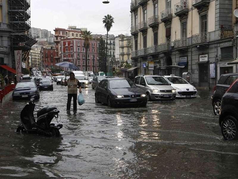 Stanotte a Napoli: allagamenti, auto sommerse, automobilista intrappolato salvato dalla polizia.